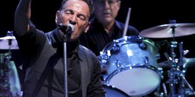 El cantante estadounidense Bruce Springsteen y el batería Max Weinberg (d) en un momento de su actuación en el concierto, que ha dado junto a la E-Street Band, con el que cierra su gira por España en el estadio Santiago Bernabéu de Madrid. EFE