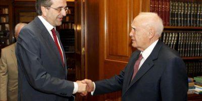El presidente griego, Karolos Papoulias (dcha), saluda al líder de la formación conservadora Nueva Democracia (ND), Andonis Samarás, en el palacio presidencial en Atenas (Grecia). EFE