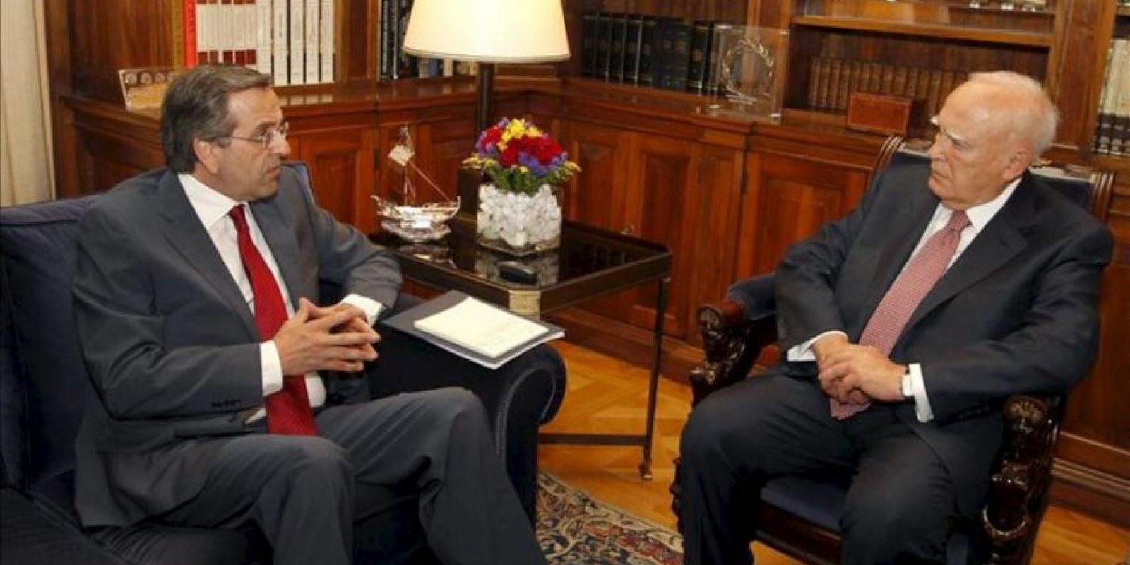 El presidente griego, Karolos Papoulias (dcha), conversa con el líder de la formación conservadora Nueva Democracia (ND), Andonis Samarás, en el palacio presidencial en Atenas (Grecia). EFE
