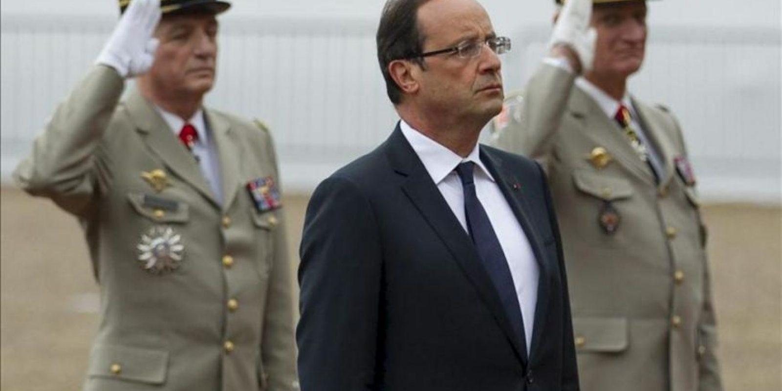 El presidente francés, François Hollande (centro), asiste a una ceremonia en memoria del 72º aniversario del discurso radiofónico de Charles de Gaulle alentando al pueblo francés a resistir la ocupación Nazi, en el monumento en Mont-Valerien, Suresnes, Francia, hoy lunes, 18 de junio de 2012. EFE