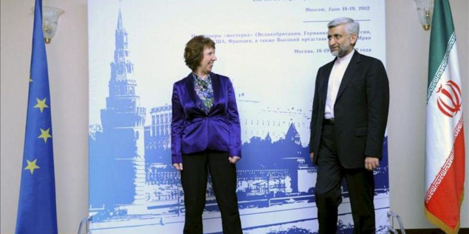 La jefa de la diplomacia europea, Catherine Ashton (izq), y el jefe negociador iraní de asuntos nucleares, Saeed Jalili (der), a su entrada al encuentro sobre el programa nuclear de Irán en Moscú, Rusia,. EFE