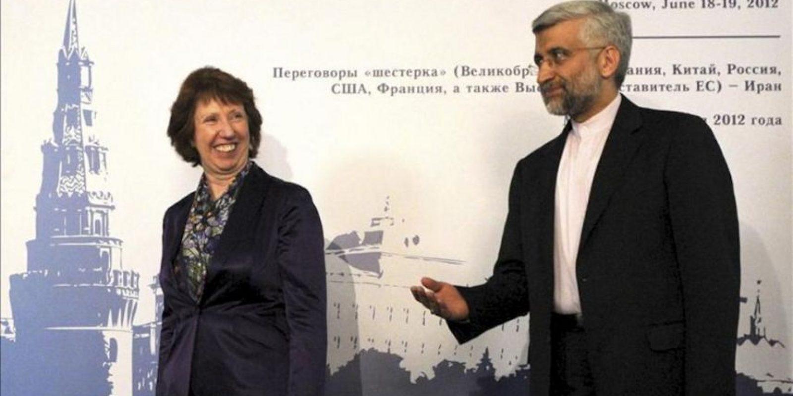 La jefa de la diplomacia europea, Catherine Ashton (izq), y el jefe negociador iraní de asuntos nucleares, Saeed Jalili (der), a su entrada al encuentro sobre el programa nuclear de Irán en Moscú, Rusia. EFE