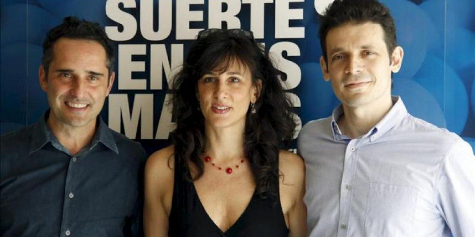 """El cantante uruguayo Jorge Drexler (i), ganador de un Óscar por su canción """"Al otro lado del río"""", se convierte en actor de cine a las órdenes del argentino Daniel Burman (d) en """"La suerte en tus manos"""", una cinta llena de buenos sentimientos que han presentado hoy en Madrid, junto a la productora Mariela Besuievsky (c). EFE"""