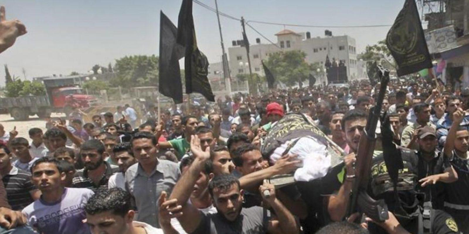 Palestinos portan el cuerpo sin vida del miliciano de la Yihad, Mohamed Shbat, durante el funeral celebrado en Beit Hanon, al norte de la Franja de Gaza. EFE