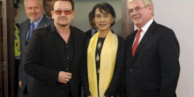 El cantante de rock irlandés del grupo U2, Bono (izda), la líder opositora birmana Aung San Suu Kyi (c), y el ministro irlandés de Asuntos Exteriores y Comercio, Eamon Gilmore (d), se reúnen en Dublín, Irlanda. EFE
