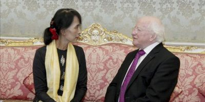La líder opositora birmana, Aung San Suu Kyi, conversa con el presidente irlandés, Michael D. Higgins, tras su llegada a Dublín. EFE
