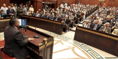 Ahmed Fahmi, presidente del Consejo de la Shura, (i), interviene durante la primera primera reunión de la Asamblea Constituyente de Egipto, en El Cairo. EFE