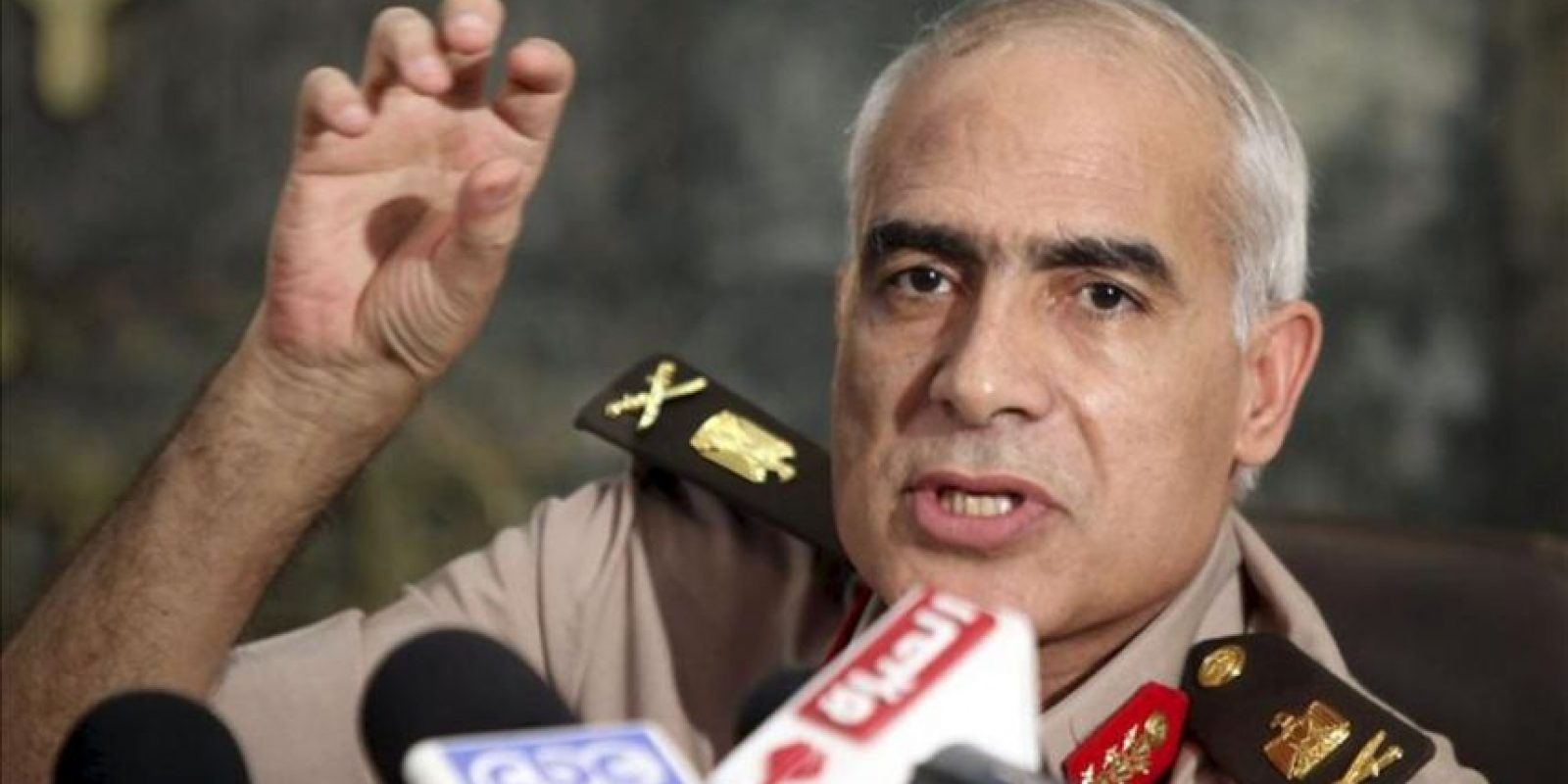 El general Mahdouh Shanin (dcha), de la Junta Militar, ofrece una rueda de prensa en El Cairo (Egipto). EFE