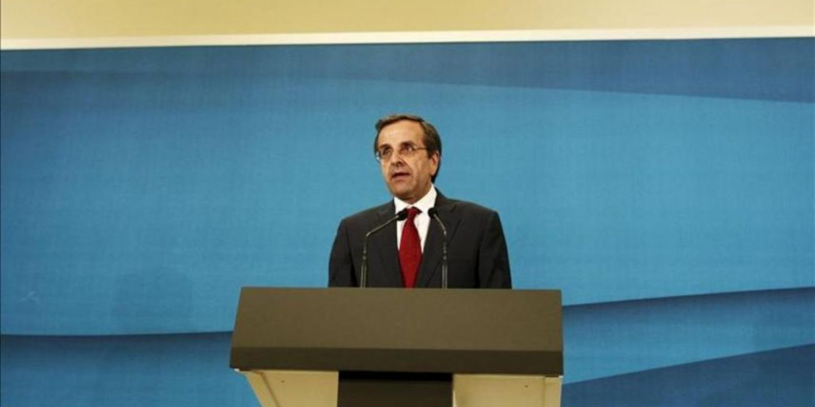 El dirigente conservador Andonis Samarás habla este lunes tras su reunión con el líder del partido Izquierda Democrática (Dimar, centroizquierda), Fotis Kuvelis, en el Parlamento griego, en Atenas. EFE