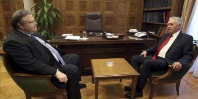 El exministro de Finanzas y líder del socialdemócrata Pasok, Evangelos Venizelos (izq), se reúne con Fotis Kuvelis, el líder de la formación centroizquierdista Dimar, en el Parlamento en Atenas (Grecia). EFE