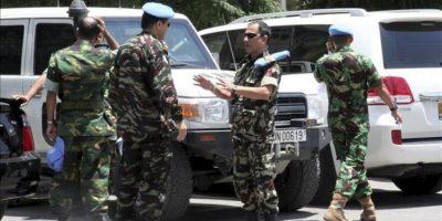 Observadores militares que participan en la Misión de Supervisión de Naciones Unidas en Siria (UNSMIS), son fotografiados en el exterior de su hotel en Damasco. EFE