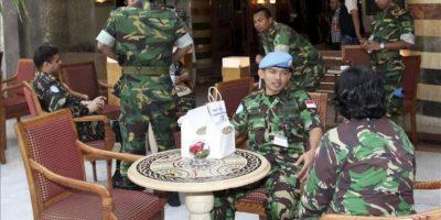 Observadores militares desarmados, que participan en la Misión de Supervisión de Naciones Unidas en Siria (UNSMIS), son fotografiados en el interior de un hotel en Damasco. EFE