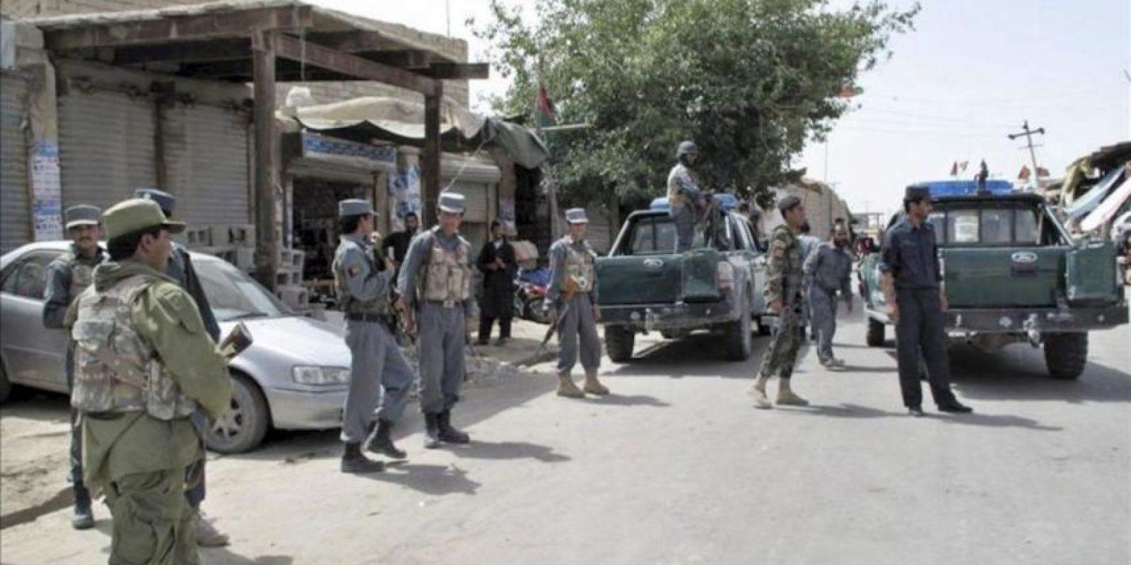 Oficiales de seguridad afganos inspeccionan el lugar de la explosión de una bomba en un extremo de una carretera que causó la muerte de ocho civiles y varios heridos, en el distrito de Musa Qala, en la provincia de Helmand, Afganistán, hoy martes 19 de junio de 2012. EFE