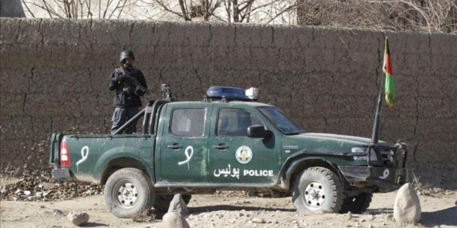Oficiales de seguridad afganos en el lugar de la explosión de una bomba en un extremo de una carretera que causó la muerte de ocho civiles y varios heridos, en el distrito de Musa Qala, en la provincia de Helmand, Afganistán, hoy martes 19 de junio de 2012. EFE