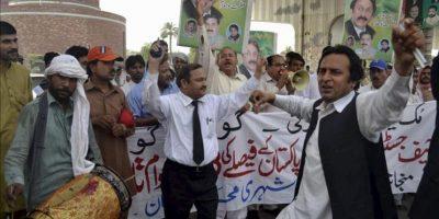 Varios paquistaníes bailan tras conocer la noticia de que el ex primer ministro de Pakistán, Yusuf Razá Guilani, ha sido destituido por el Tribunal Supremo. EFE