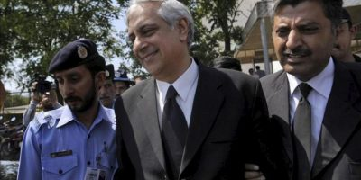 El fiscal general, Irfán Qadir, sale del Tribunal Supremo de Pakistán antes del veredicto con el que el TS ha ordenado la destitución del ex primer ministro de Pakistán, Yusuf Razá Guilani. EFE