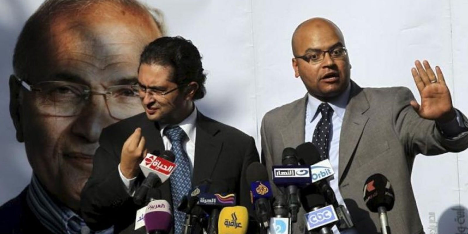 Ahmed Sarhan (dcha) y Kareem Salem (izq) portavoces del candidato presidencial Ahmed Shafiq hablan durante una rueda de prensa en El Cairo. EFE