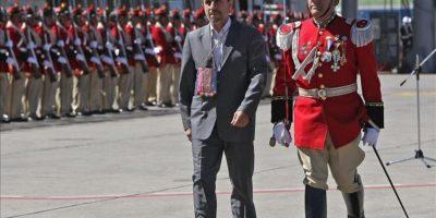 El presidente iraní, Mahmud Ahmadineyad (c), pasa revista a la escolta presidencial de Bolivia a su llegada al aeropuerto de El Alto, cercano a La Paz (Bolivia). EFE