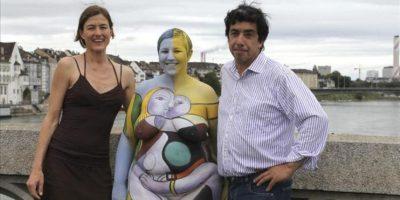 """Imagen facilitada por el artista guatemalteco Fernando Morales de la Cruz (d), que junto a Xandra Herdieckerhof posa hoy con una modelo desnuda cuyo cuerpo ha pintado con una obra de Picasso, dentro de un proyecto de arte itinerante con el que pretende """"democratizarlo"""". EFE"""