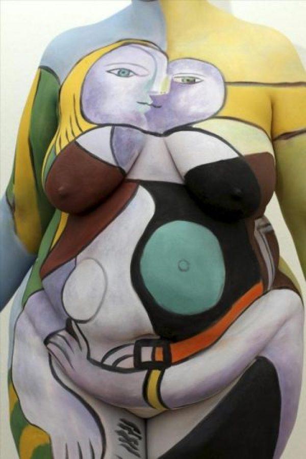 """Imagen facilitada por el artista guatemalteco Fernando Morales de la Cruz de su obra más reciente: una modelo desnuda cuyo cuerpo ha pintado con una obra de Picasso, dentro de un proyecto de arte itinerante con el que pretende """"democratizarlo"""" y que hoy se ha paseado por las calles de Basilea. EFE"""
