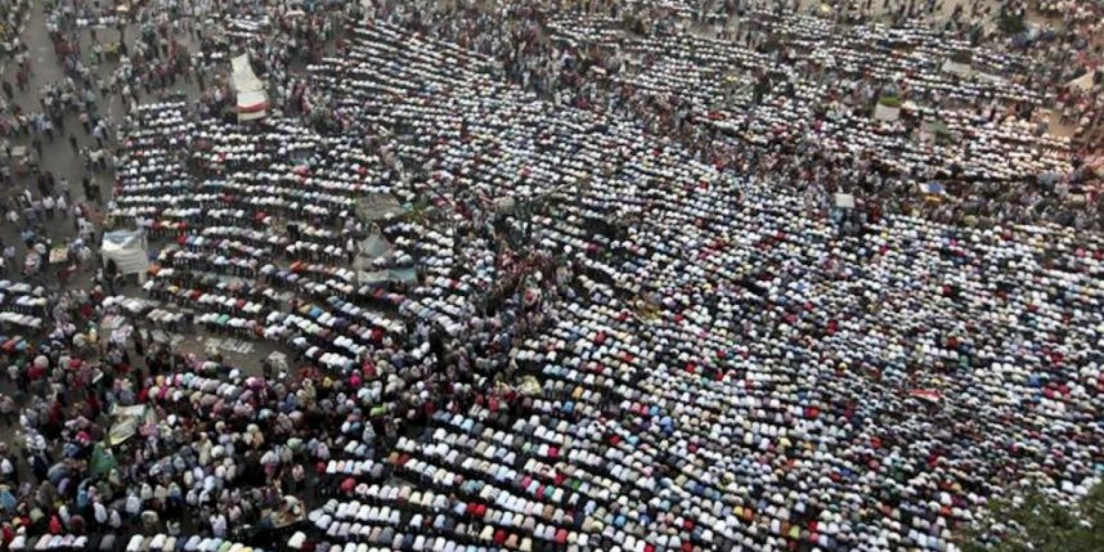 Miles de manifestantes egipcios rezan mientras protestan contra el reciente decreto de la Junta Militar gobernante para darse plena potestad y limitar los poderes del futuro presidente de Egipto. EFE