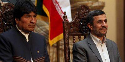 El presidente iraní, Mahmud Ahmadineyad (d), y su homólogo boliviano, Evo Morales (i), participan en la firma de un convenio antidrogas, en La Paz (Bolivia). EFE
