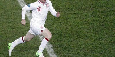 El jugador inglés Wayne Rooney controla el balón durante el partido del grupo D de la Eurocopa 2012 entre las selecciones de Ucrania e Inglaterra en Donetsk, Ucrania. EFE