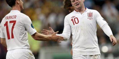 El jugador inglés Wayne Rooney (d) celebra con Scott Parker una anotación ante Ucrania durante el juego del grupo D de la Eurocopa 2012, en Donetsk (Ucrania). EFE