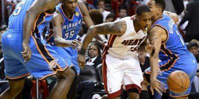 Mario Chalmers (2-d), jugador de los Heat, es marcado por Kendrick Perkins (i), Kevin Durant (2-i) y Thabo Sefolosha (d), de los Thunder, durante el cuarto partido de la final de la NBA, en el American Airlines Arena de Miami, Florida (EE.UU.). EFE