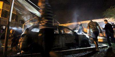 Palestinos revisan hoy, miércoles 20 de junio de 2012, un automóvil destruido luego de un bombardeo israelí en Al Zauton, al este de la Franja de Gaza. EFE