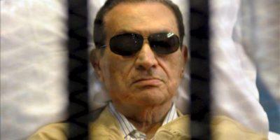 Fotografía de archivo del 2 de junio de 2012 del expresidente egipcio Hosni Mubarak, en una camilla tras rejas, durante su juicio en EL Cairo, Egipto. EFE/Archivo