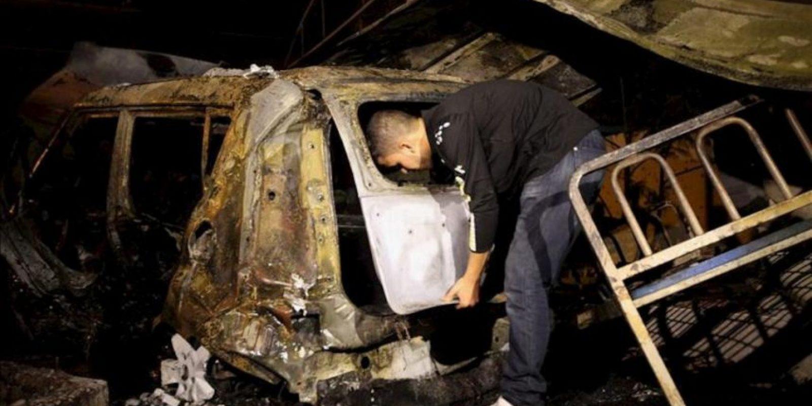 Un palestino revisa hoy, miércoles 20 de junio de 2012, un automóvil destruido luego de un bombardeo israelí en Al Zauton, al este de la Franja de Gaza. EFE