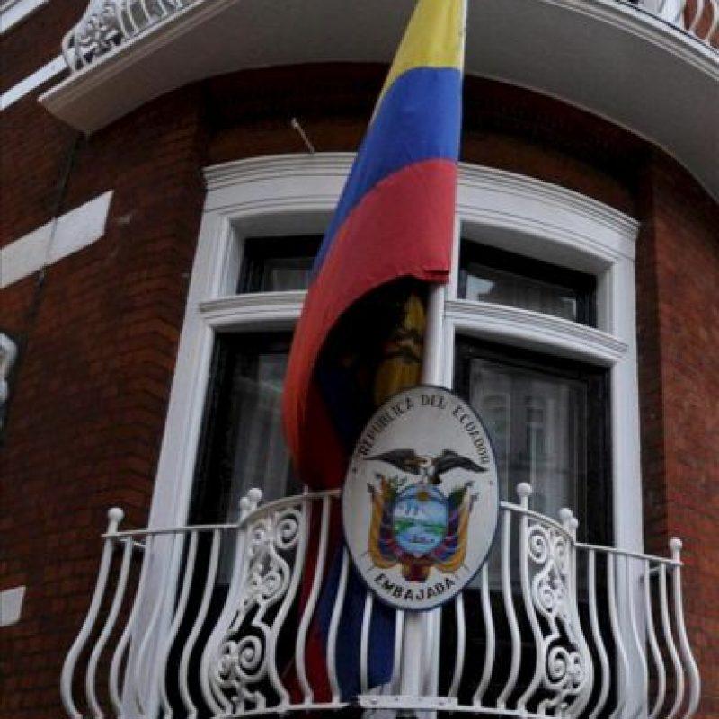 Una bandera ecuatoriana en la embajada de Ecuador en Londres, donde continúa refugiado el fundador de WikiLeaks, Julian Assange, tras solicitar ayer asilo político, en el Reino Unido. EFE