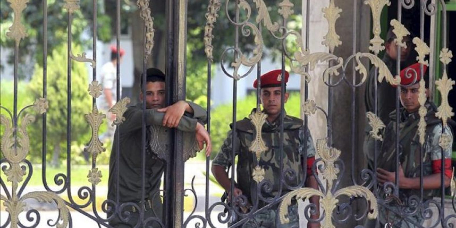 Varios soldados vigilan el acceso del hospital militar del barrio de Maadi donde se encuentra ingresado el expresidente egipcio Hosni Mubarak en El Cairo (Egipto) hoy, miércoles 20 de junio de 2012. EFE