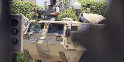 Un soldado vigila el acceso del hospital militar del barrio de Maadi donde se encuentra ingresado el expresidente egipcio Hosni Mubarak en El Cairo (Egipto) hoy, miércoles 20 de junio de 2012. EFE
