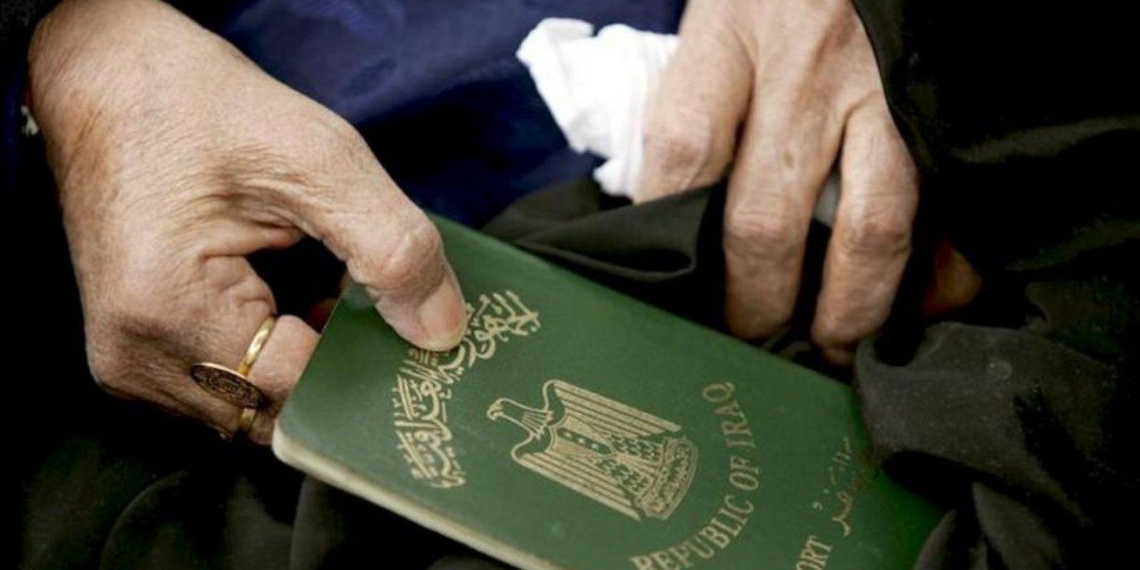 Una mujer iraquí sostiene su pasaporte mientras aguarda su turno en un centro de la ONU para refugiados. EFE/Archivo
