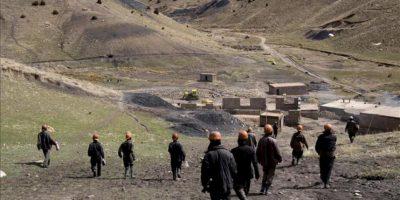 Varios afganos trabajando en una mina de carbón en Herat (Afganistán). EFE/Archivo
