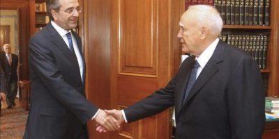 El presidente griego Karolos Papoulias (dcha) saluda al líder del partido Nueva Democracia (ND), Antonis Samaras, durante la reunión que han mantenido en el palacio presidencial de Atenas. EFE
