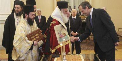 El líder del partido Nueva Democracia (ND), Antonis Samaras (dcha), saluda al Arzobispo de Atenas y Primado de Grecia Ieronimos II (c), junto al presidente griego Karolos Papaulias (2d). EFE