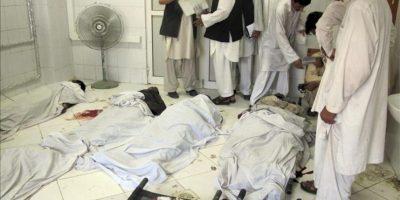 Los cuerpos sin vida de las personas fallecidas en un atentado suicida, en la morgue de un hospital de Khost, Afganistán. EFE