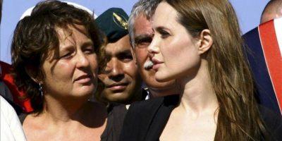 La actriz estadounidense Angelina Jolie (d), embajadora de buena voluntad de la Agencia de la ONU para los Refugiados (ACNUR), durante su visita a inmigrantes llegados en barcas desde el norte de África, muchos de ellos huyendo de la situación en Libia, en un centro de acogida en la isla italiana de Lampedusa el 19 de junio de 2011. EFE/Archivo