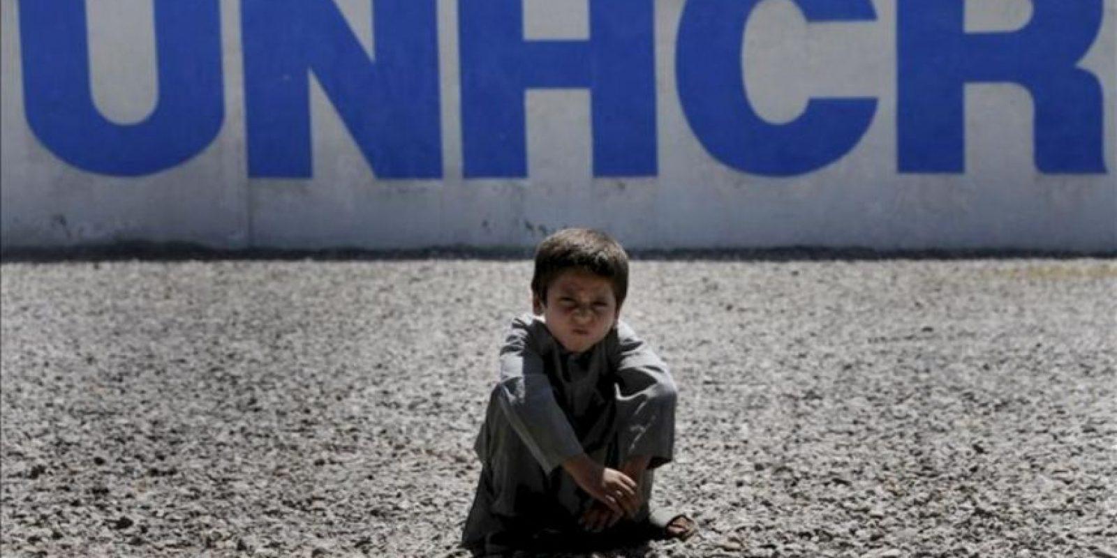Un niño refugiado afgano es fotografiado en una Oficina del Alto Comisionado de la ONU para los Refugiados (ACNUR), mientras espera para viajar hacia su país con su familia en Chamkani, en las afueras de Peshawar, Pakistán. EFE