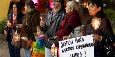 Un grupo de personas permanece en una vigilia este 20 de junio en una plaza de Asunción (Paraguay). EFE