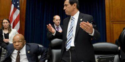 El representante republicano del estado de California Darryl Issa (d) y el representante demócrata de Maryland Elijah Cummings (i) luego de que el comité de Supervisión y Reforma Gubernamental de la Cámara de Representantes de EE.UU. aprobara una resolución de censura contra el secretario de Justicia, Eric Holder. EFE