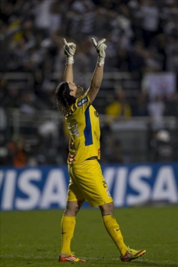 Cassio, arquero de Corinthians, celebra el paso de su equipo a la final de la Copa Libertadores, tras empatar 1-1 con el también brasileño Santos, en el partido de vuelta de esta llave de semifinales del torneo, en el estadio Pacaembú de Sao Paulo (Brasil). EFE