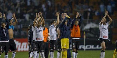 Jugadores de Corinthians celebran el paso de su equipo a la final de la Copa Libertadores, tras empatar 1-1 con el también brasileño Santos, en el partido de vuelta de esta llave de semifinales del torneo, en el estadio Pacaembú de Sao Paulo (Brasil). EFE