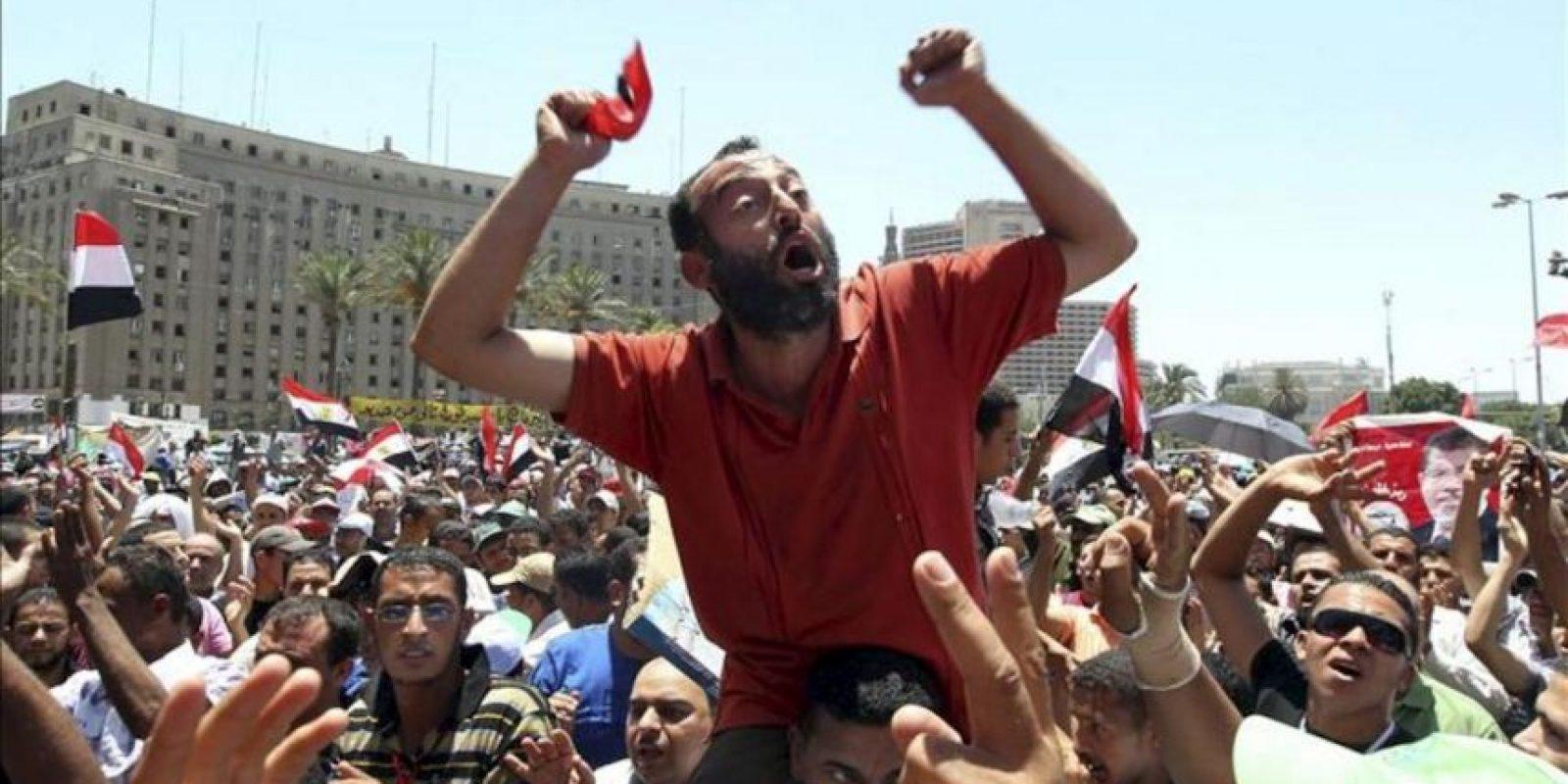 Simpatizantes del candidato Mohamed Mursi, del Partido Libertad y Justicia (PLJ), corean consignas durante una manifestación convocada en la plaza Tahrir en El Cairo (Egipto). EFE