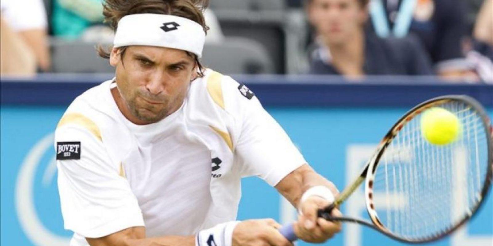 El tenista español David Ferrer devuelve la bola al holandés Igor Sijsling durante el partido de cuartos de final del torneo de Hertogenbosch que disputaron hoy en Rosmalen, Holanda. Ferrer ganó el encuentro por 6-0 y 6-1 en 42 minutos de partido. EFE