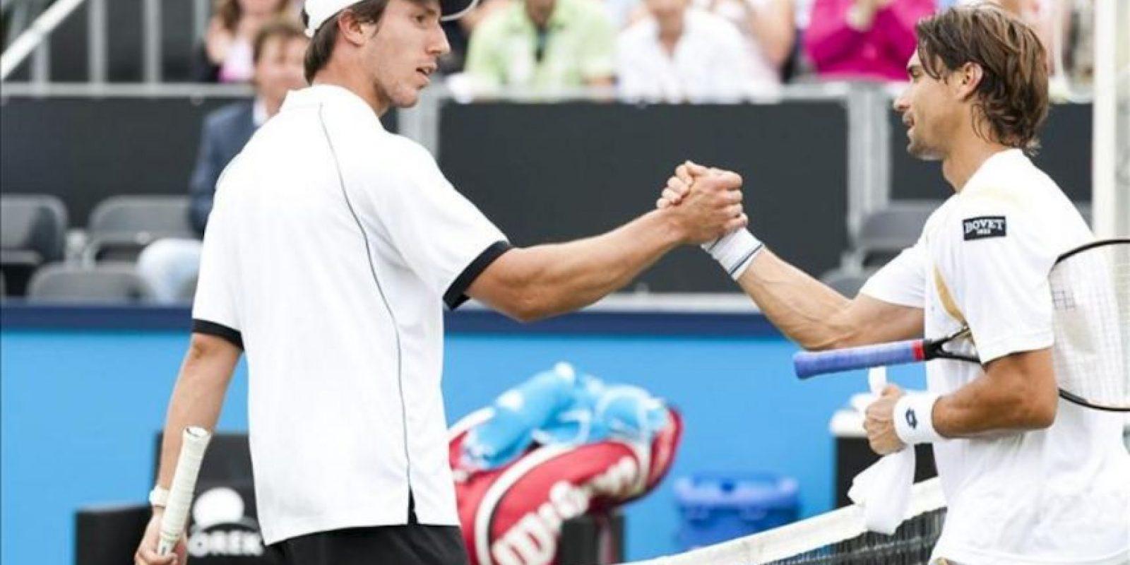El tenista español David Ferrer (d) estrecha la mano del holandés Igor Sijsling después del partido de cuartos de final del torneo de Hertogenbosch que disputaron hoy en Rosmalen, Holanda. Ferrer ganó el encuentro por 6-0 y 6-1 en 42 minutos de partido. EFE