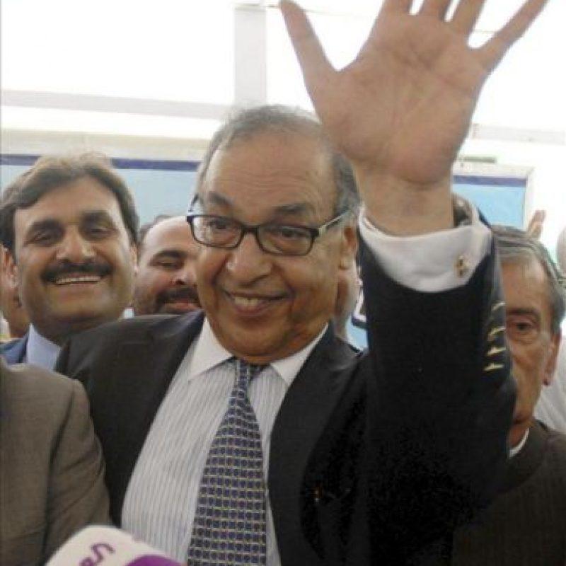 Majdum Shahabudín saluda después de presentar su candidatura a primer ministro de Pakistán por el gubernamental Partido Popular de Pakistán (PPP) en el Parlamento en Islamabad (Pakistán). EFE